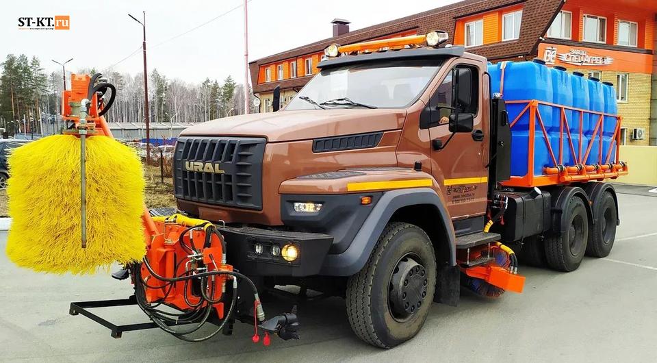 Капотный «Урал 6х4» в роли дорожного уборщика