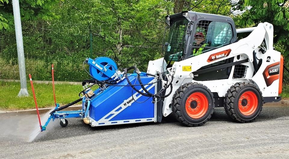 Bobcat сможет мыть улицы и технику
