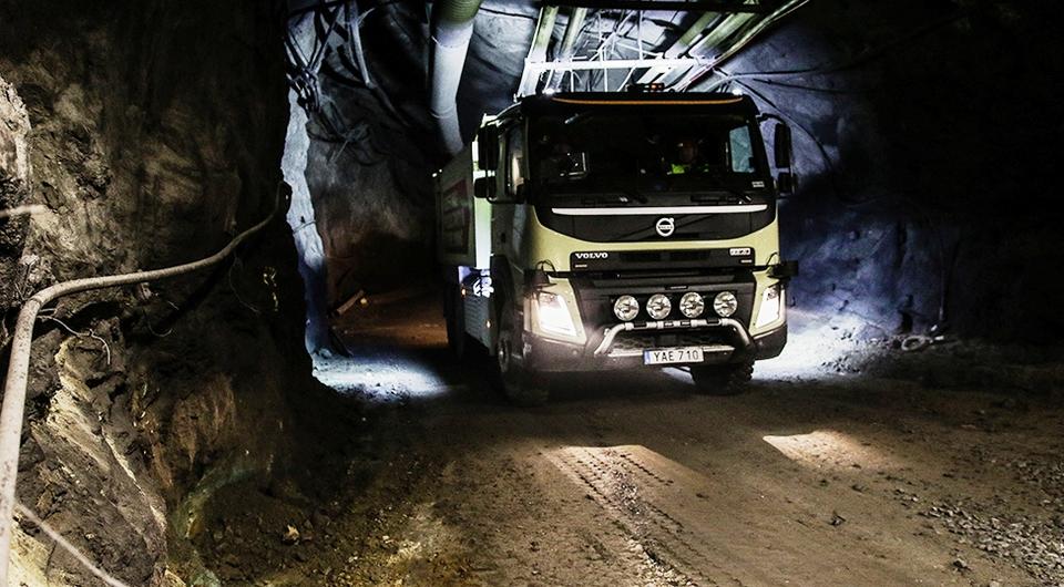 Volvo FMX. Робот-самосвал спускается в шахту